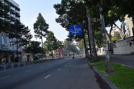 Sài Gòn thênh thanh, bình lặng trong sáng đầu năm - ảnh 12