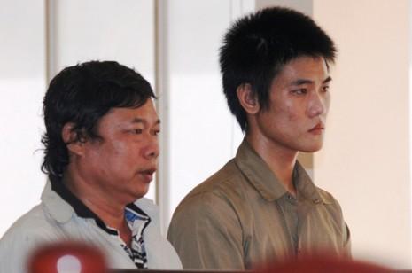 Hai cha con bị cáo Trần Quan Hải  và Trần Quang Triển tại tòa phúc thẩm
