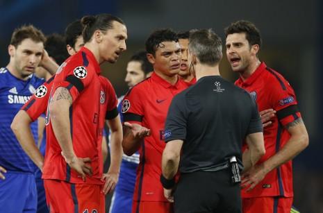 FA sẽ tăng hình phạt cầu thủ 'vây hội đồng' trọng tài - ảnh 1