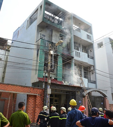 Cụ bà thoát khỏi căn nhà bốn tầng bốc cháy - ảnh 1