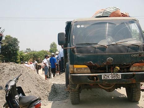 Chiếc xe tải đổ đất vùi lấp ông Thạnh vẫn nằm ở hiện trường
