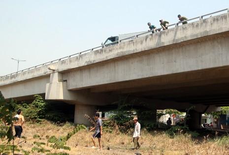 Vị trí mà người tình nghi cướp giật nhảy xuống cầu Bình Lợi mới. Ảnh: An Nhơn