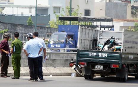Chiếc ôtô của tổ trật tự đô thị và xe máy của người tình nghi cướp giật. Ảnh: An Nhơn