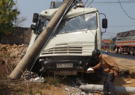 Kinh hãi xe bồn chở xăng tông gãy trụ điện - ảnh 1