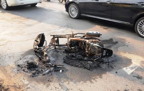 Chủ nhân tháo chạy thoát thân khi xe tay ga bốc cháy - ảnh 1
