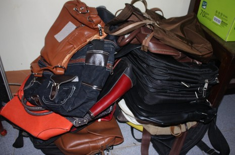 Bắt nữ 'siêu trộm' túi xách trong các trường học - ảnh 1