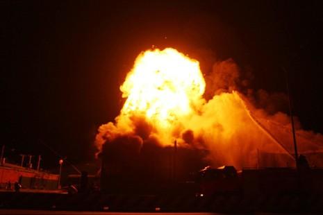 Hàng trăm cảnh sát chữa cháy trong đêm - ảnh 2