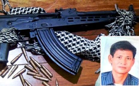 Nguyễn Văn Hoàn và vũ khí quân dụng bị cơ quan điều tra thu giữ.