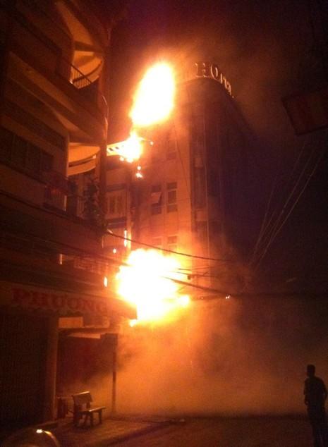Khách sạn tại Cần Thơ bốc cháy dữ dội - ảnh 1