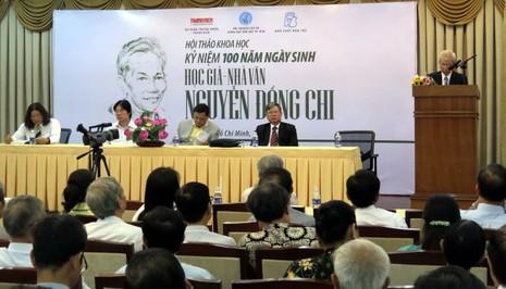 PGS.TS Trần Hữu Tá đọc tham luận đề dẫn hội thảo Ảnh: L.Điền
