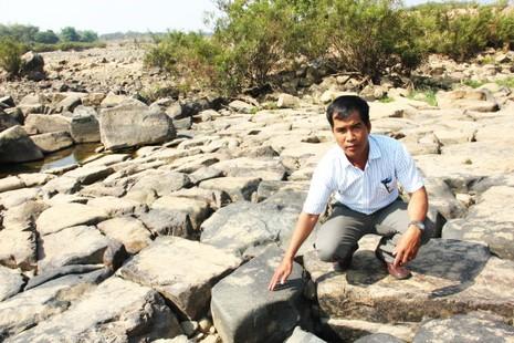 Các tảng đá được sắp đều nhau từ thế kỷ 12, tạo nên con đập Nha Trinh vững chãi đến ngày nay - Ảnh: Viễn Sự