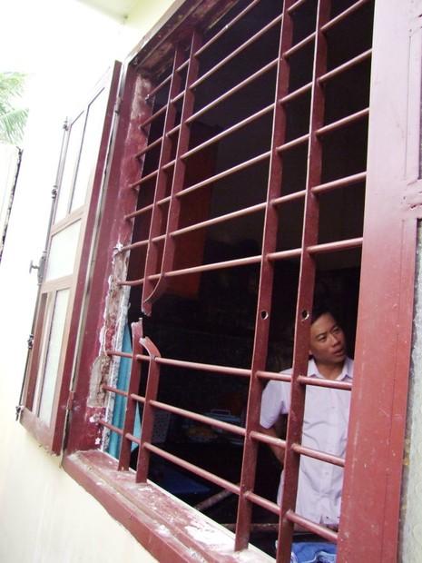 Cửa sổ nhà ông Tú, nơi băng trộm cắt song sắt để đột nhập - Ảnh: G.Minh chụp lại