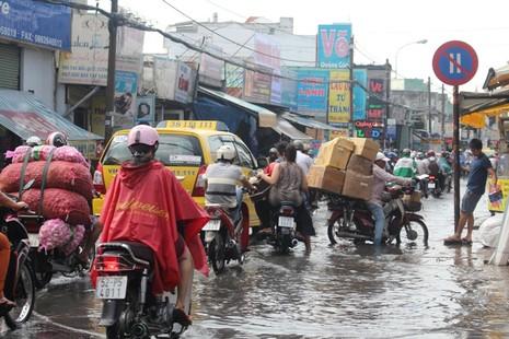 Người Sài Gòn 'gồng mình' sau cơn mưa lớn - ảnh 1