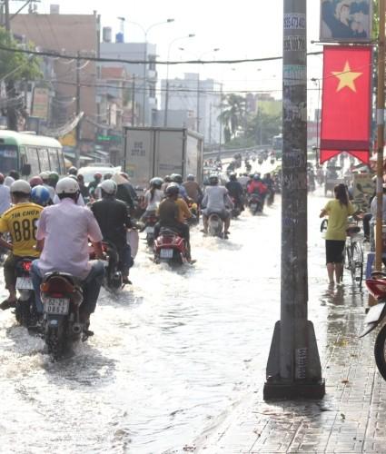 Người Sài Gòn 'gồng mình' sau cơn mưa lớn - ảnh 5