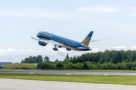 Chiếc Boeing 787-9 Dreamliner đầu tiên của VNA bay trình diễn tại Paris - ảnh 1