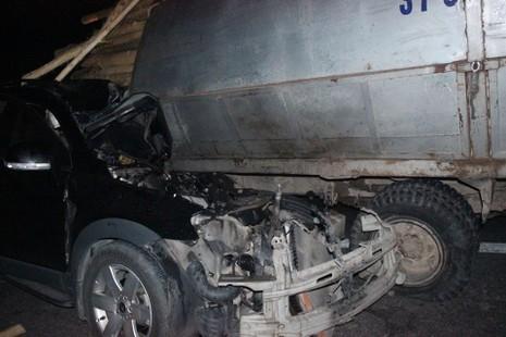 Xe con đâm cắm đuôi xe tải, giám đốc khách sạn tử vong - ảnh 1