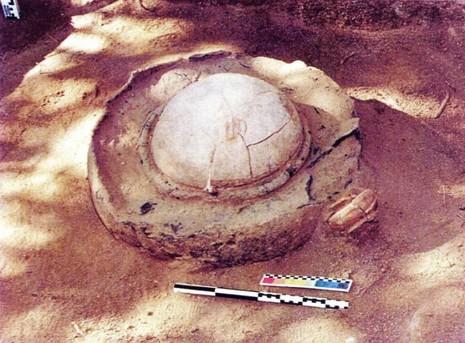 Một mộ chum phát hiện trong đợt khai quật năm 1999 cạnh chùa Linh Sơn, thị trấn Óc Eo, Thoại Sơn (An Giang). Trong mộ chum thường có đồ tùy táng bằng vàng, đá quý… Ảnh: Đức Vịnh chụp lại