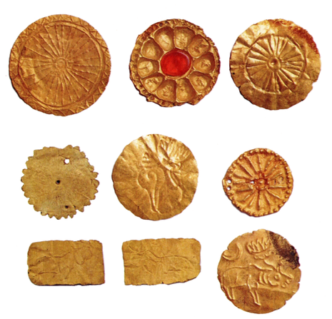 Những hiện vật khai quật được là đồ trang trí, thờ cúng… của cư dân Phù Nam bằng vàng được chạm khắc, dập nổi hết sức tinh xảo. Ảnh: Đức Vịnh chụp lại