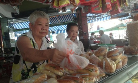 70 tuổi, bà Dậu - chủ tiệm bánh Như Lan - vẫn bình thản giữa những tin đồn