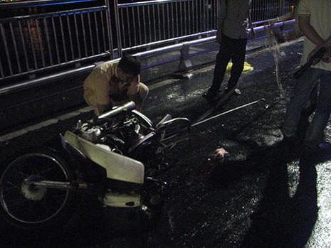 Truy tìm xe ôtô gây tai nạn từ mảnh vỡ rớt lại hiện trường - ảnh 1
