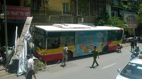 Tài xế xe buýt ngủ gật gây tai nạn ? - ảnh 1