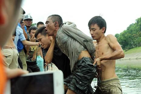 Bị truy bắt, người đàn ông nhảy xuống sông Tô Lịch  - ảnh 4
