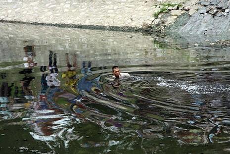Bị truy bắt, người đàn ông nhảy xuống sông Tô Lịch  - ảnh 1