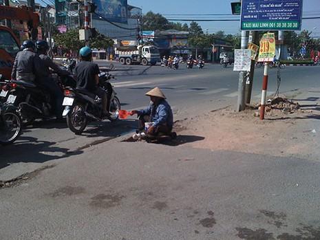 Đủ chiêu giả dạng bệnh hoạn để xin tiền ở Biên Hòa - ảnh 4