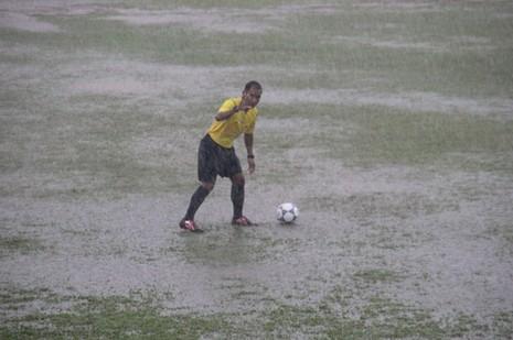 Giải U-16 Đông Nam Á: Đi trong...mưa bão - ảnh 4