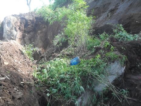 Lở đất làm sập đá, 4 công nhân bị thương vong - ảnh 3