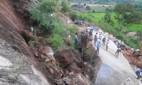 Lở đất làm sập đá, 4 công nhân bị thương vong - ảnh 4