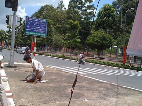 Người thanh niên 'quỳ lạy' giữa trung tâm thành phố để...xin tiền - ảnh 2