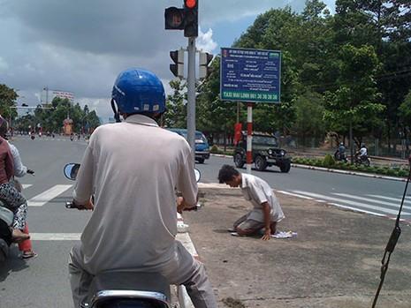 Người thanh niên 'quỳ lạy' giữa trung tâm thành phố để...xin tiền - ảnh 3