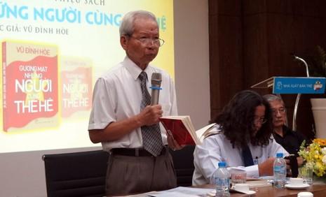 PGS.TS Trần Hữu Tá giới thiệu quyển sách cuối cùng của GS Vũ Đình Hòe - Ảnh: L.ĐIỀN