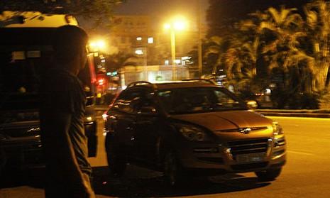Phát hiện nam thanh niên nằm bất động trong xe ôtô - ảnh 1