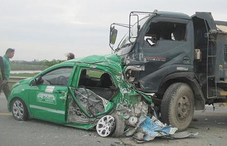 Xe tải tông nát xe taxi, bốn người bị thương - ảnh 1