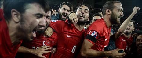 Vòng loại Euro 2016: Hà Lan bị loại, Thổ Nhĩ Kỳ, Croatia ung dung đến Pháp - ảnh 2
