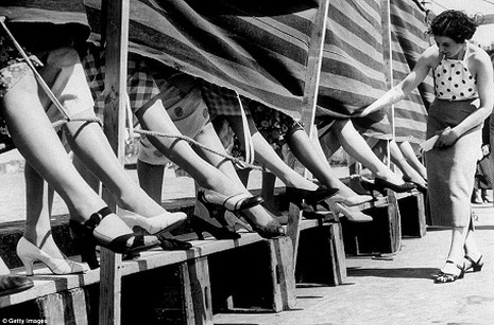 Một nữ giám khảo đang chấm giải. Ảnh chụp năm 1936.