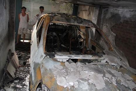 Xe ô tô cháy rụi sau tiếng nổ lớn - ảnh 1