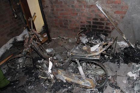 Xe ô tô cháy rụi sau tiếng nổ lớn - ảnh 2