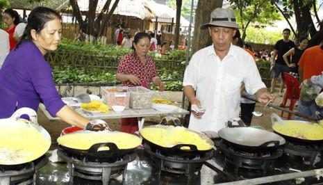 Nghệ nhân Cần Thơ mang món bánh xèo đến Bảo tàng Dân tộc học Việt Nam dịp tết trung thu 2015 - Ảnh: Đức Triết.