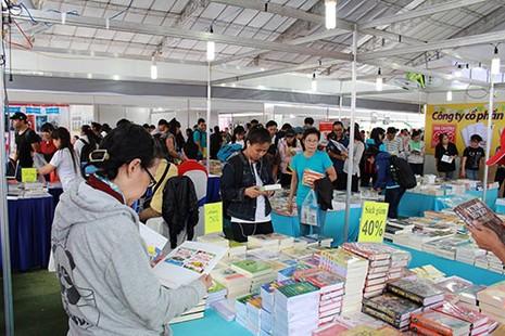 Hàng ngàn 'mọt sách' chen chân tại Ngày hội sách cũ TP.HCM 2015 - ảnh 2