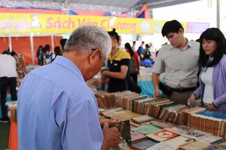 Hàng ngàn 'mọt sách' chen chân tại Ngày hội sách cũ TP.HCM 2015 - ảnh 5