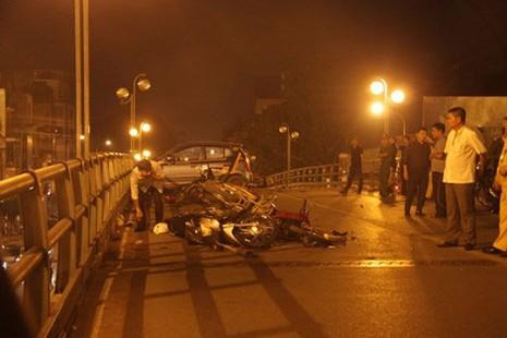 Khởi tố vụ taxi gây tai nạn liên hoàn trên cầu vượt Thái Hà - ảnh 1