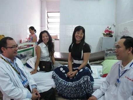 Ngay cả khi nằm trên giường bệnh Ánh Tuyết cũng truyền sự lạc quan cho người khác.