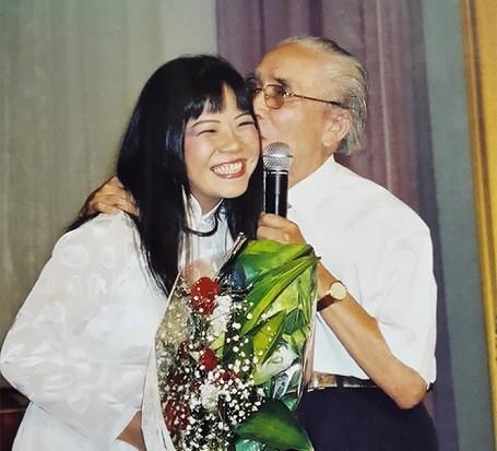 Ánh Tuyết và cố nhạc sỹ Phan Huỳnh Điểu trong một đêm nhạc.