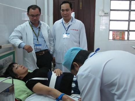 Hình ảnh Ánh Tuyết phải cố định cột sống lưng bằng nẹp trong lần phẫu thuật cột sống năm 2011.