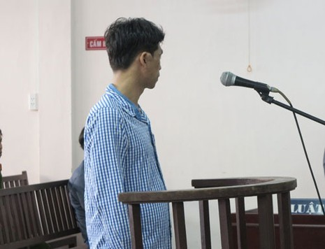 Cướp điện thoại 'cùi bắp' lãnh bốn năm sáu tháng tù - ảnh 1