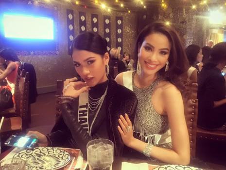 Hoa hậu Phạm Hương và người bạn cùng phòng là hoa hậu Thái Lankhá thân thiết.