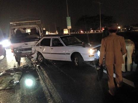 Đỗ xe bên lề đường, thanh niên bị xe tải tông trọng thương - ảnh 1